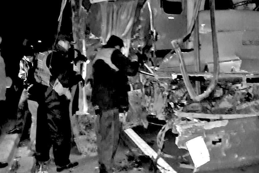 Aparatoso accidente entre un bus y tractor deja dos personas muertas