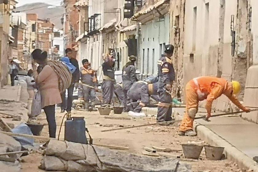 Continúan los trabajos de cambio de aceras en algunas calles