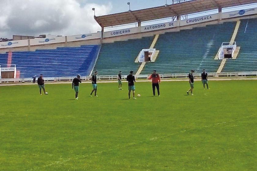 Illanes probará ante Independiente la línea de tres zagueros en el fondo
