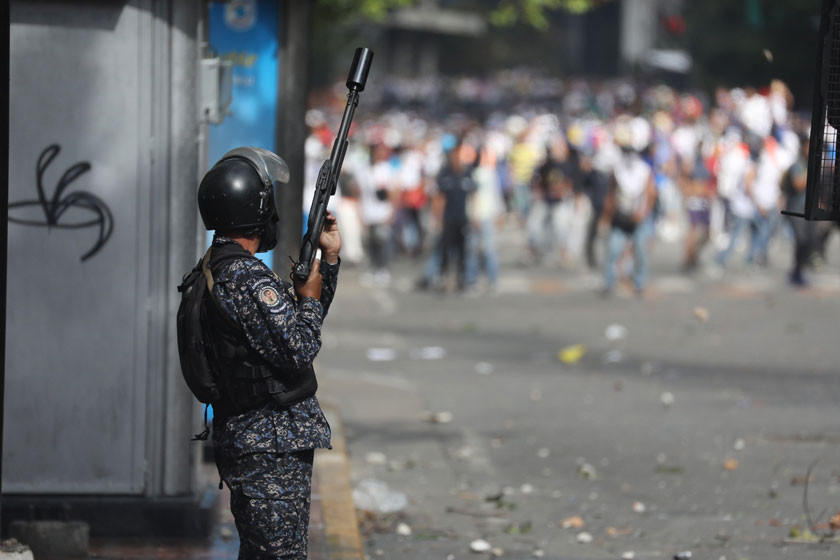 EE.UU. alerta de represalia si Maduro responde con violencia