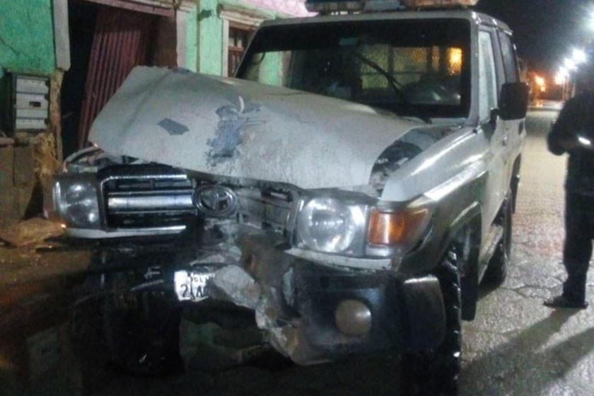 Vehículo policial destruye parcialmente un inmueble
