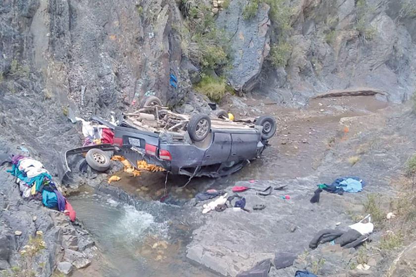 Un vehículo le cae sobre la cabeza a una mujer que lavaba ropa en un río