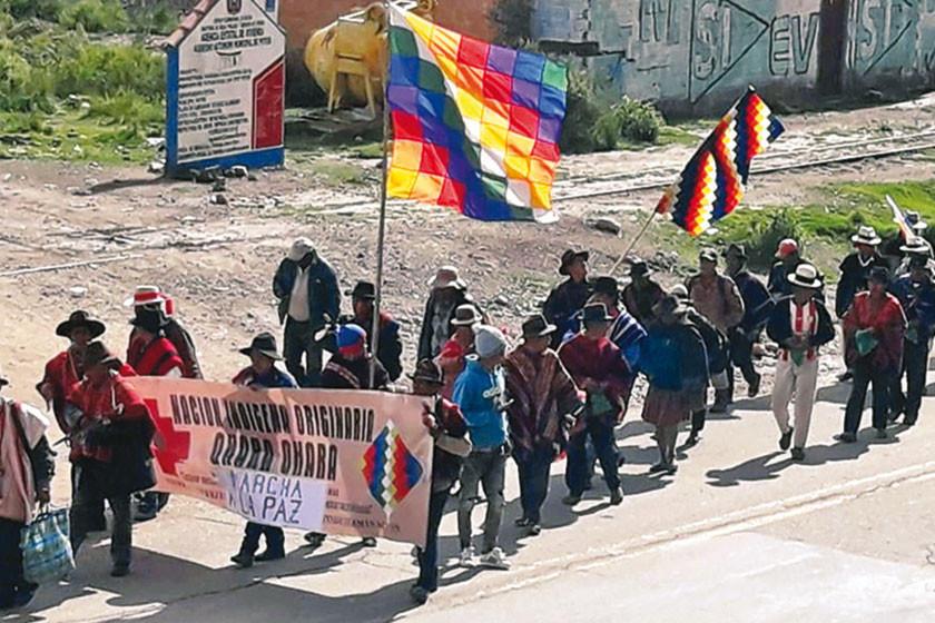 Pese a la lluvia la marcha de los indígenas avanza hacia Oruro