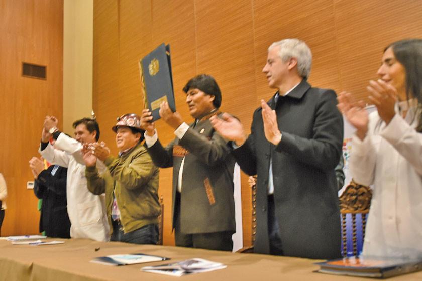 Evo Morales promulga la ley del SUS con rechazo de los médicos