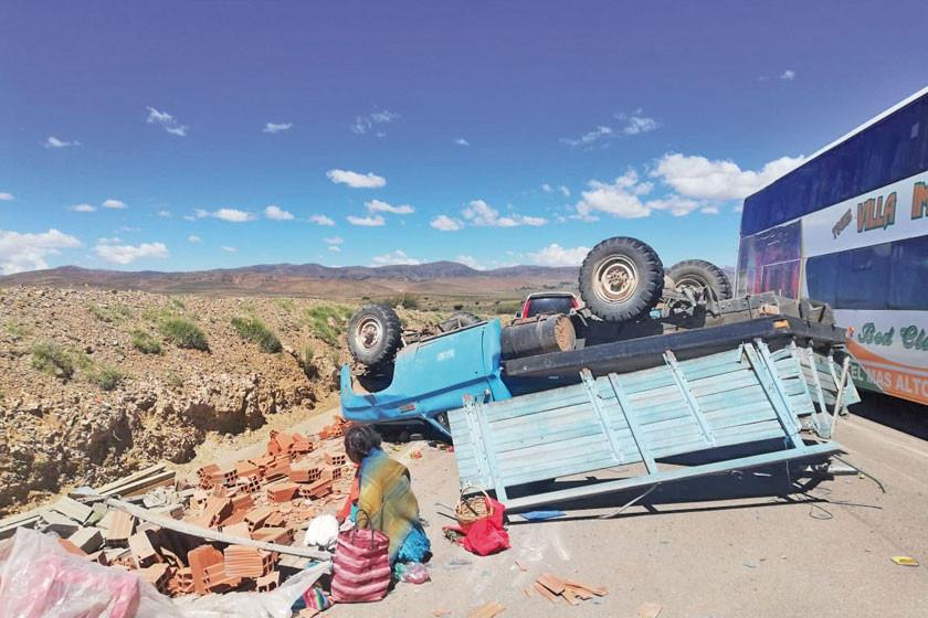 Un camión que transporta ladrillos vuelca y hay heridos