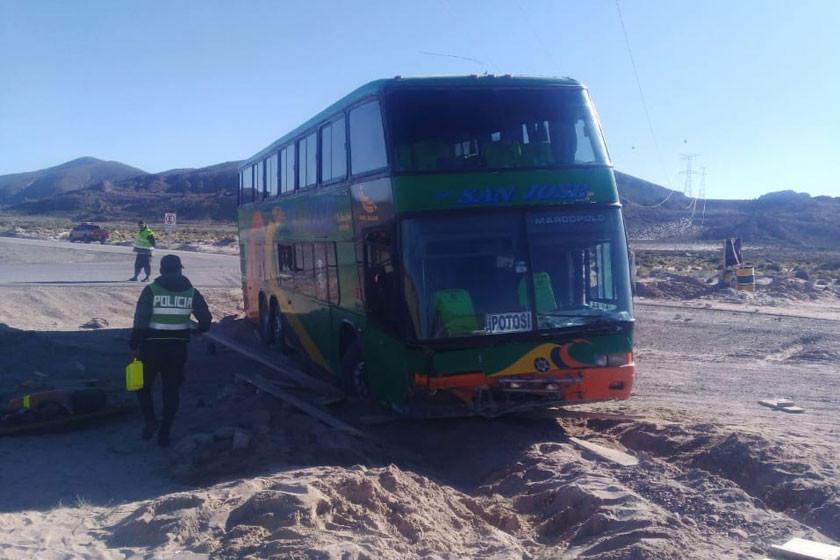 Pasajeros se llevaron el susto de sus vidas tras encunetarse un bus