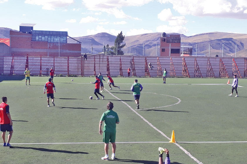 El equipo lila trabaja en la cancha de Cantumarca en el trato del balón