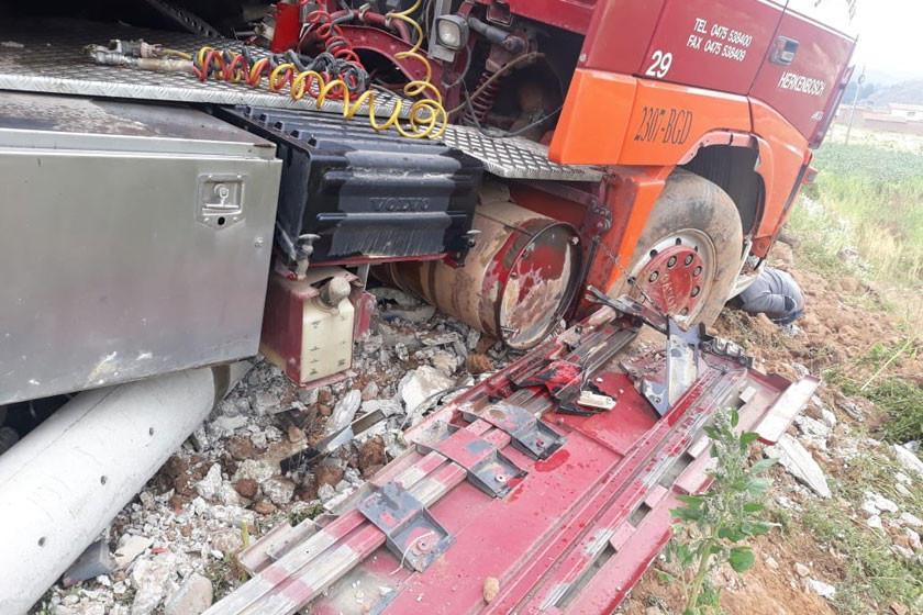 Camión se estrella contra un poste de energía eléctrica