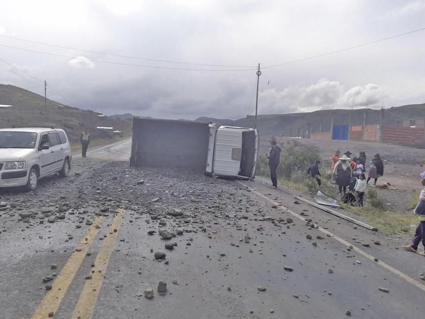 Un bache en la carretera provoca un accidente y no reportan heridos