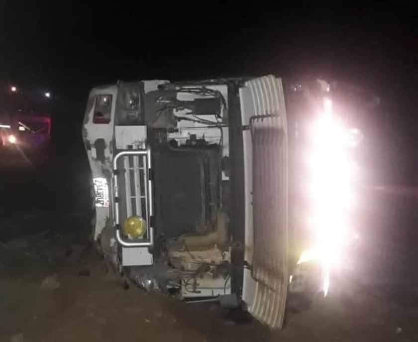 Camiones con carga de mineral chocan y no hay daños personales