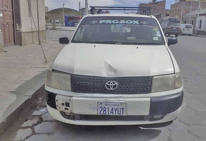 Colisión entre vehículo y moto deja 2 heridos