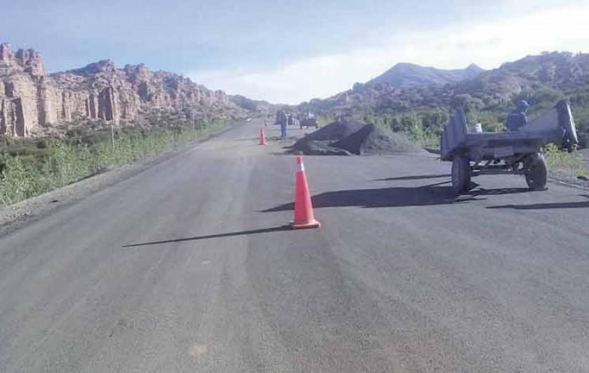 Chofer muere tras vuelco de un vehículo en una vía