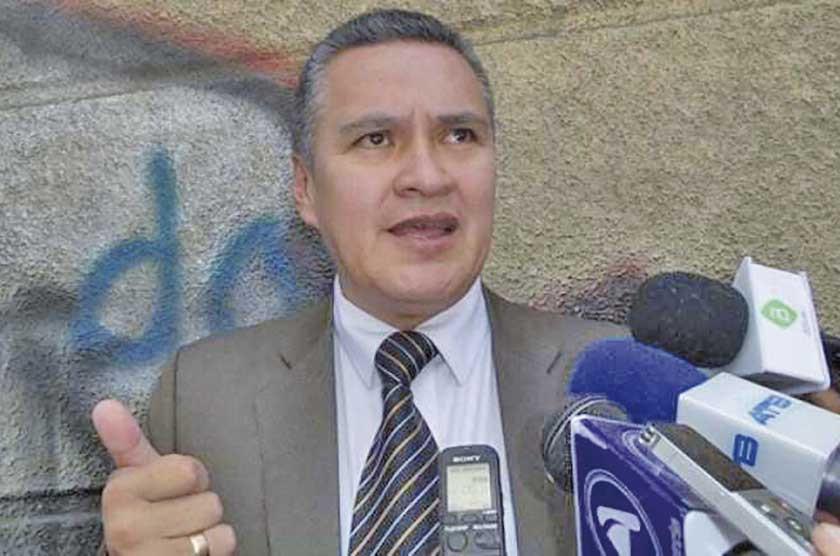 Abogado León lleva ante un juez al ministro de Educación
