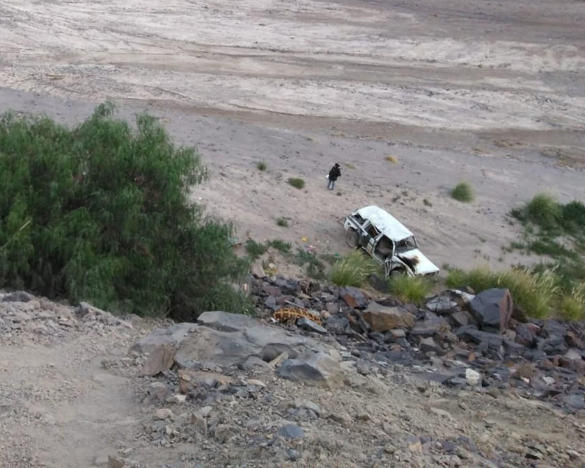 Un vehículo antiguo vuelca y deja dos personas muertas