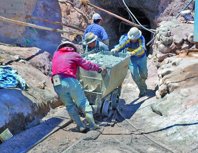 Reportan que 10 mil personas trabajan en el Cerro Rico de Potosí