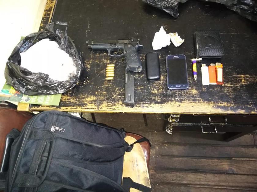 Detienen a 2 jóvenes con pistola cerca de un banco