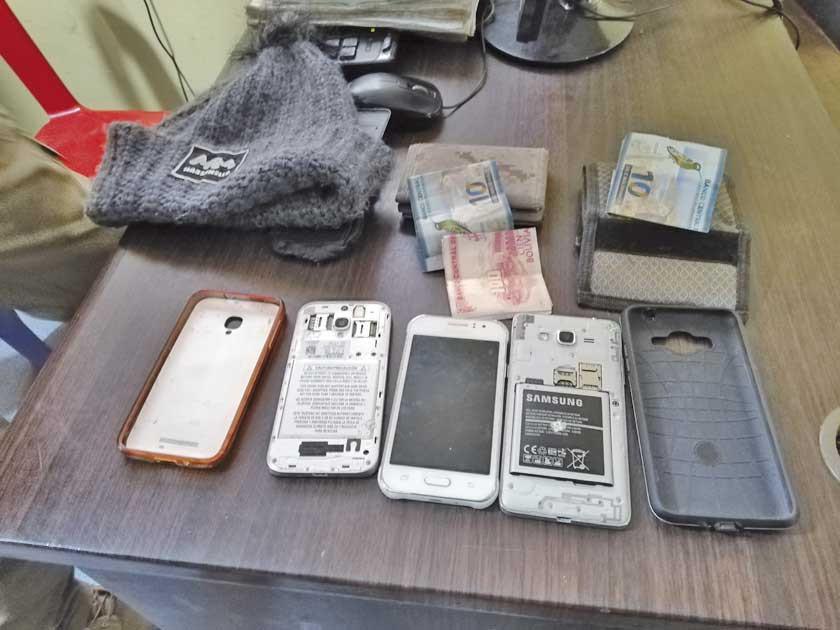 Caen supuestos ladrones de celulares en un mercado