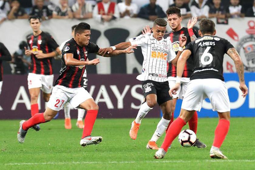 Corinthians gana a Lara y se acerca a octavos