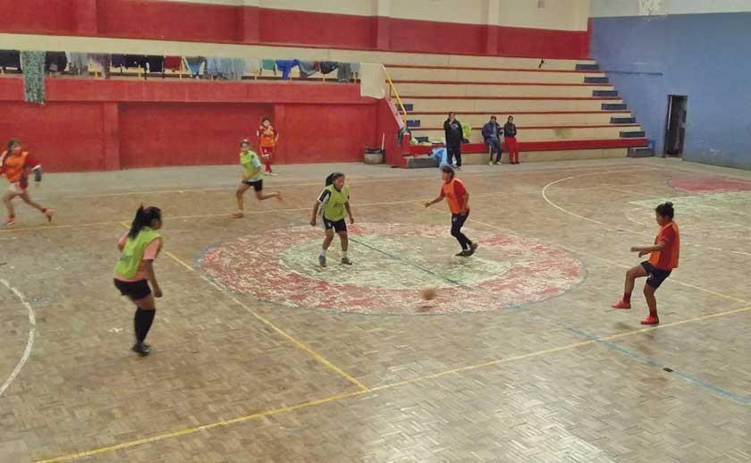 Gallardo se enfoca en el trato del balón de la selección potosina de futsal