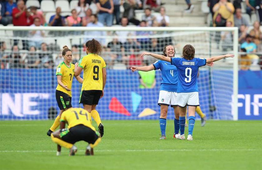 Italia gana y pasa a octavos de final