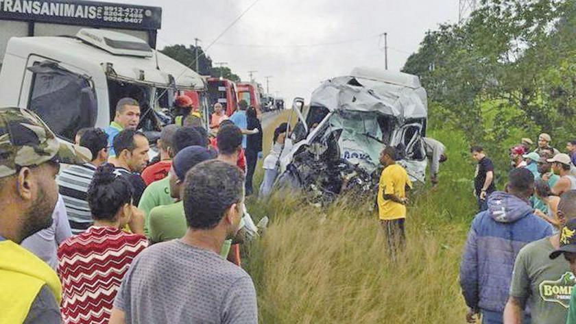 Choque entre furgoneta y camión en Brasil deja ocho personas muertas