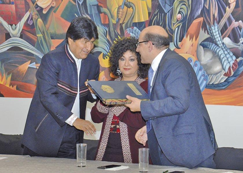 Evo Morales promulga ley que elimina gratuidad de propaganda