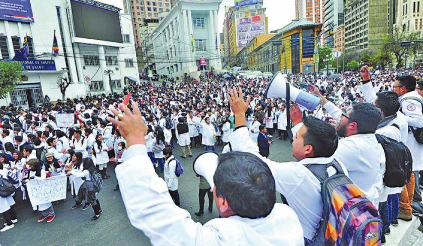 Médicos de Bolivia cumplen paro nacional movilizado de 24 horas
