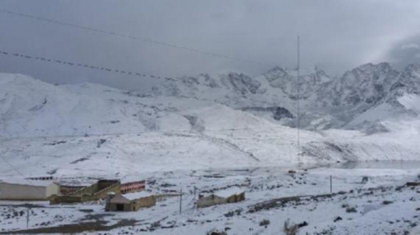 ABC cierra el tránsito vehicular en la carretera Potosí-Oruro por la intensa nevada y neblina