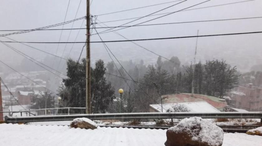 Nevadas obligan a cerrar las carreteras que conectan a La Paz, Oruro y Potosí