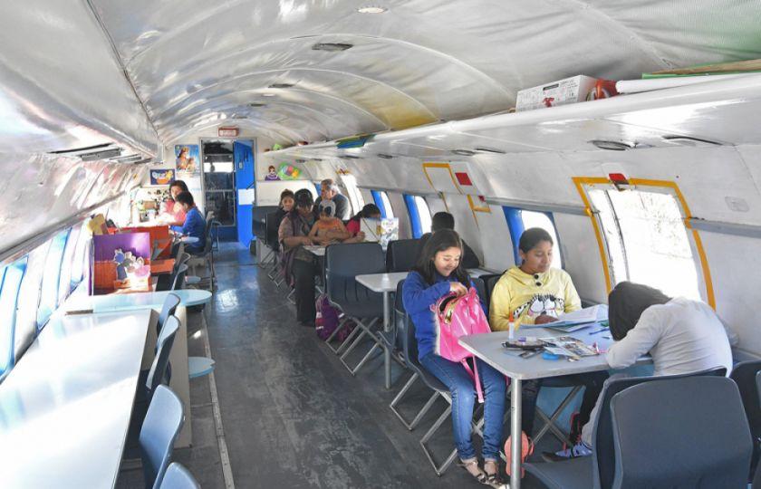 Avión convertido en biblioteca se abre en Bolivia