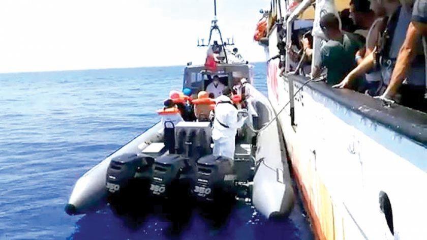 Barco con inmigrantes espera atracar en Malta