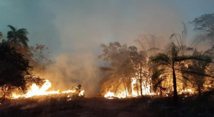 Gobierno dispone helicóptero para evacuar familias ante difícil extinción del incendio