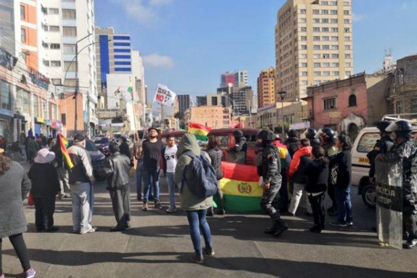 21-F: La Paz registra puntos de bloqueo y la Policía despeja algunas rutas