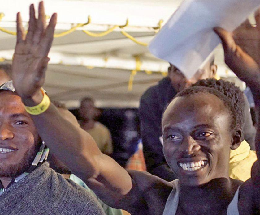"""""""Open Arms"""": Migrantes esperan por su destino"""
