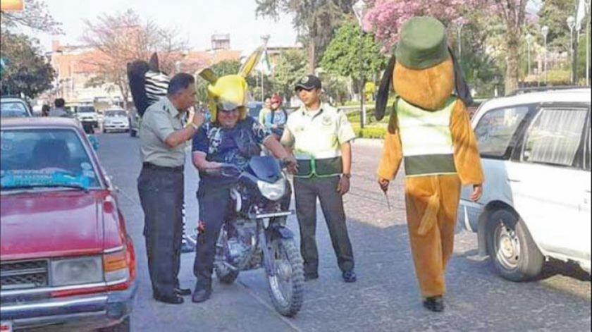 Apartan de su cargo a jefe policial por promover orejas de burro