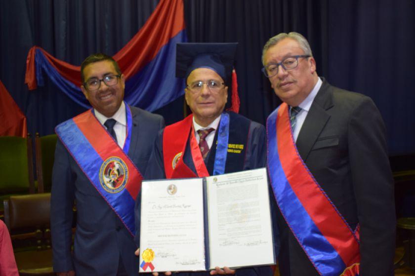 Alberto Benítez es doctor honoris causa de la UATF
