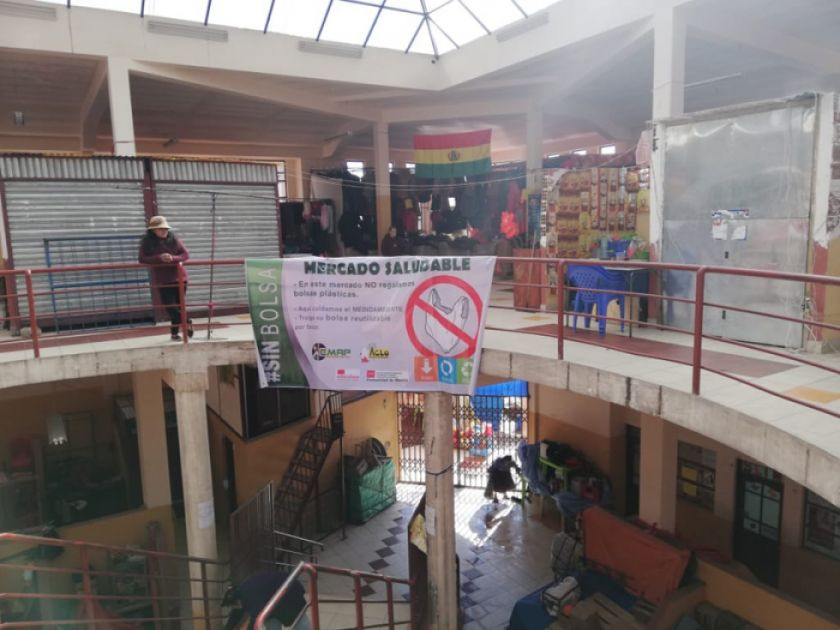 Inician campaña para dejar las bolsas plásticas en un mercado