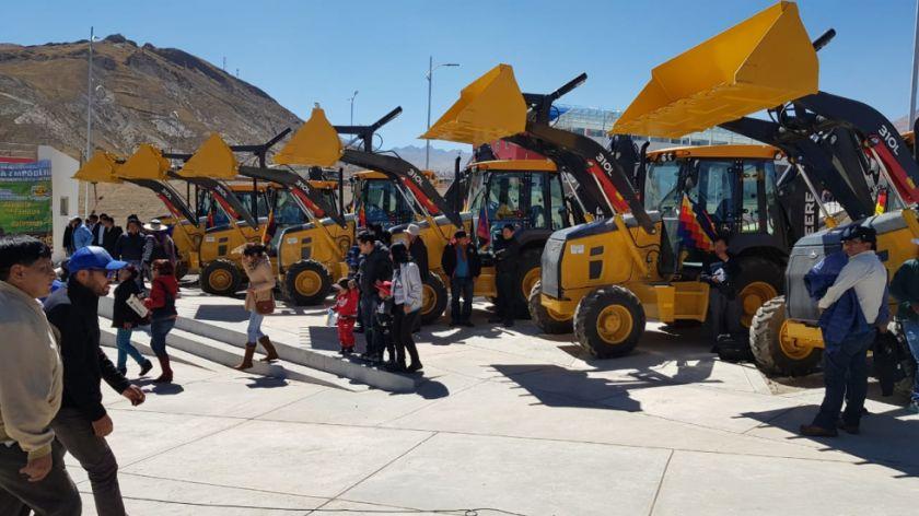 El presidente Morales entrega tractores