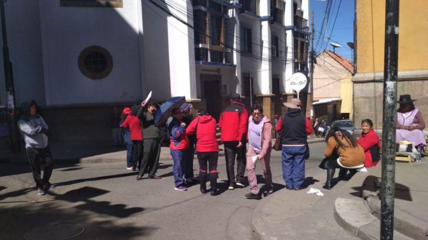 El Sirmes bloquea los accesos a la plaza