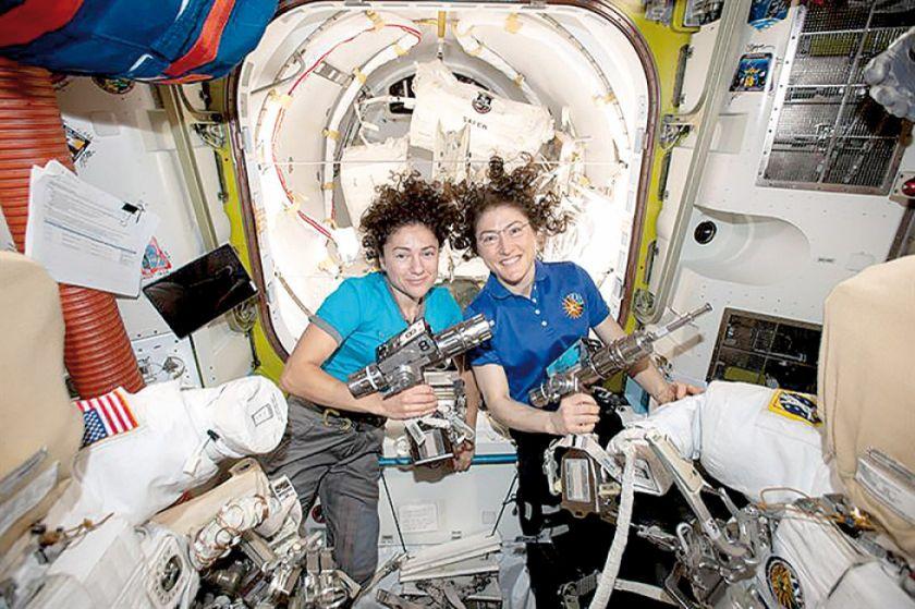 Dos mujeres hacen historia durante caminata espacial