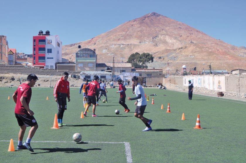 Mansilla fortalece el trato del balón en el equipo de reservas de la banda roja
