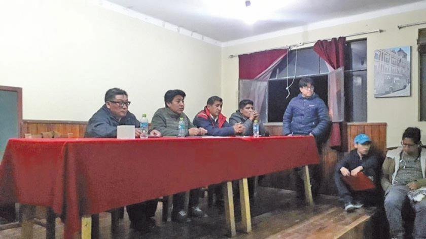 Cívicos definen fortalecer la huelga general indefinida