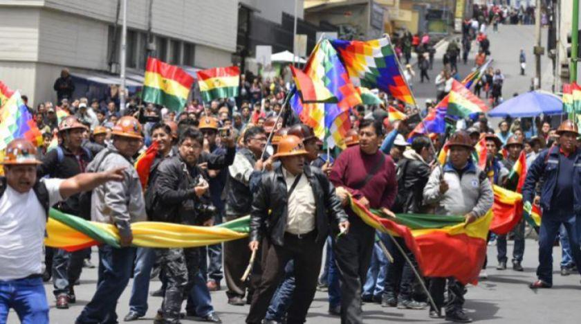 Mineros marchan a favor de Evo y lanzan cachorros de dinamita en La Paz