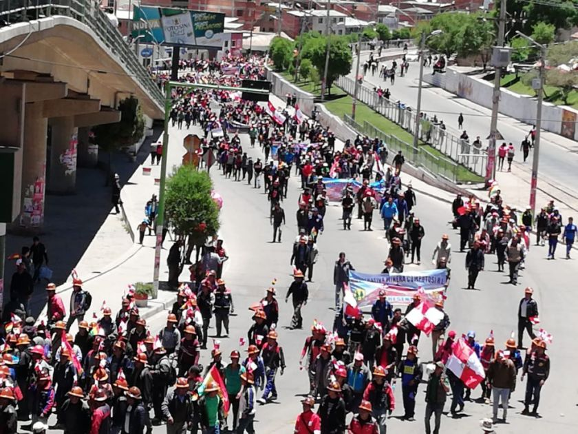 Cooperativistas rebasan a sus dirigentes y marchan al Puente de la Dignidad