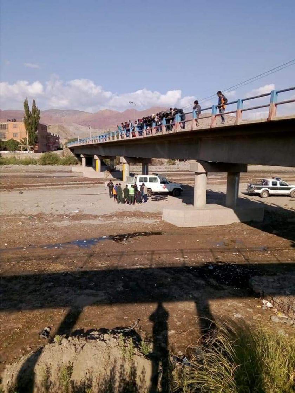 Hallan a un periodista debajo de un puente