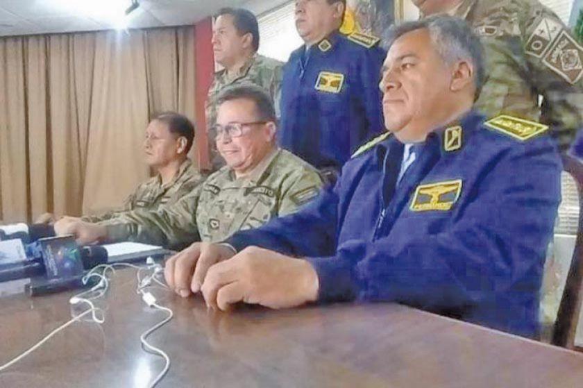 Militares y policías pidieron a Evo Morales que dimita para pacificar a Bolivia