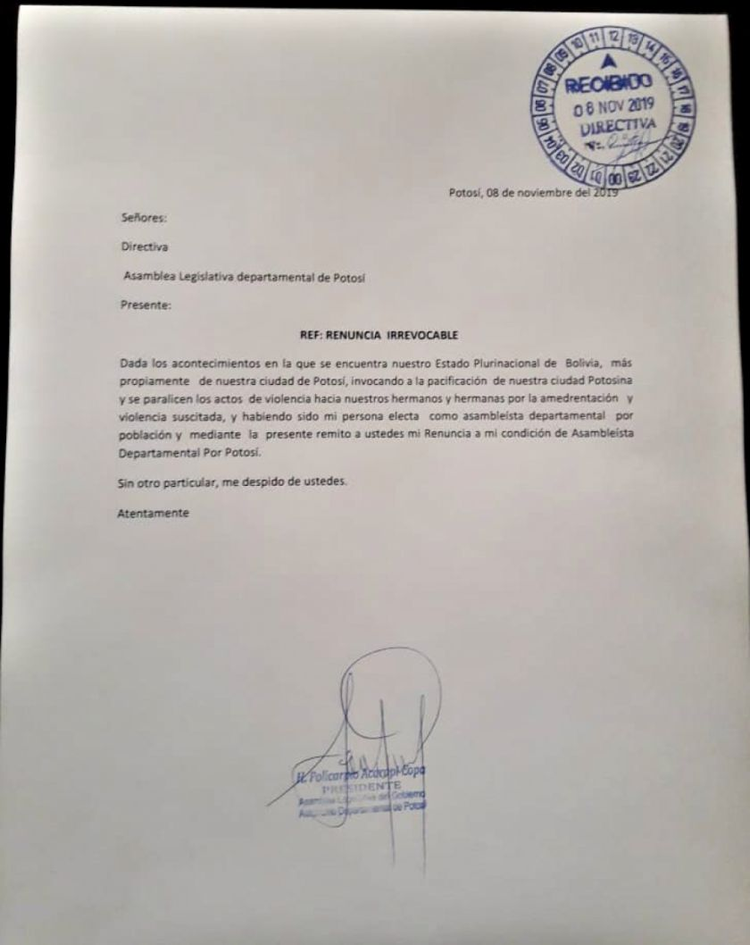 Policarpio Acarapi presenta su carta de renuncia