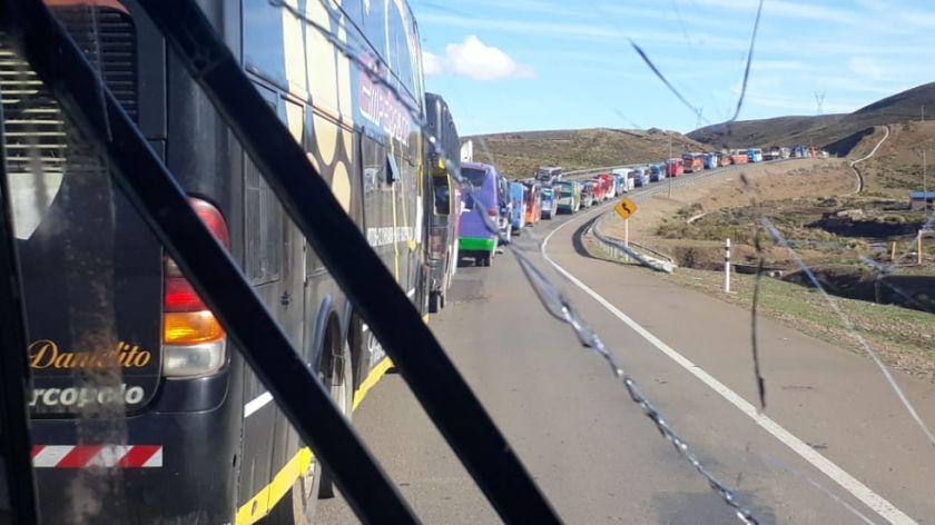 Policía dispersa a quienes lanzaban piedras a los buses de la caravana