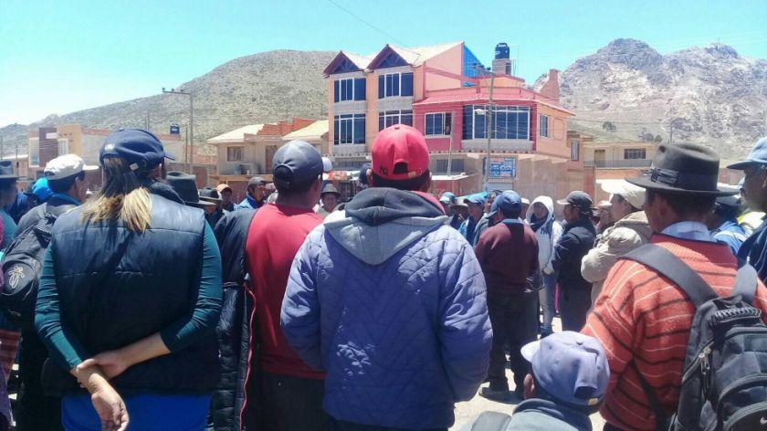 Gente de Betanzos debate sobre el paso de caravana de universitarios de Sucre