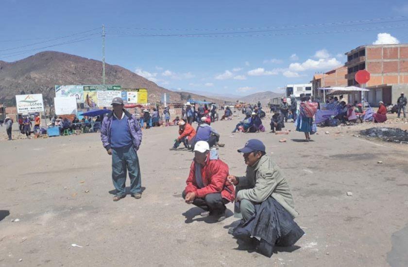 Comunarios anuncian mantener bloqueos en la vía Potosí-Sucre